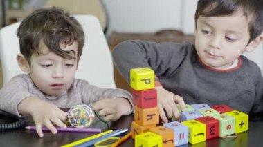 ビルディング ブロックと小さな手 — ストックビデオ