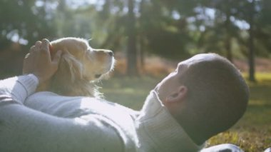 Man and dog spend time together — Stock Video