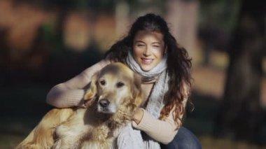 Kvinna med hund — Stockvideo