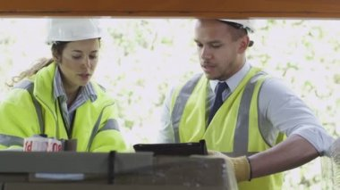 仓库工人在一起聊天 — 图库视频影像