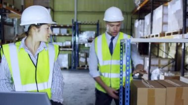 Two warehouse employees discuss stock — Stock Video