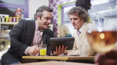 Two cheerful businessmen in casual meeting in a coffee shop — Stock Video