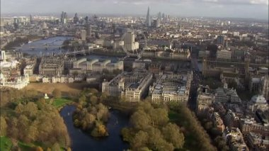 Panoramic aerial view above the city of London and the river Thames — Stockvideo