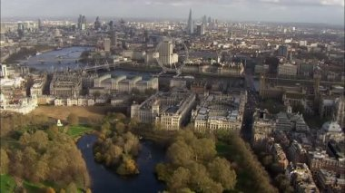 Panoramic aerial view above the city of London and the river Thames — Stok video