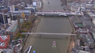 Millennium bridge cross River Thames — Stockvideo