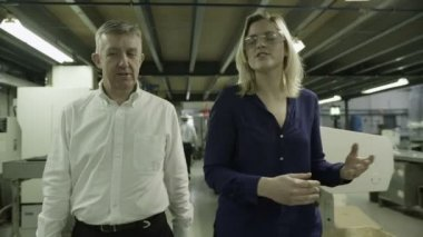 Business partners take a walk together to oversee factory operations — Vídeo de stock