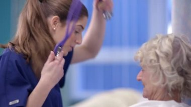 Nurse chats with patient — Stock Video