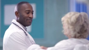 Doctor chats with patient — Stock Video