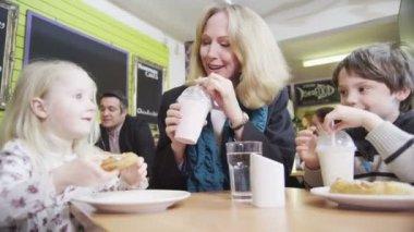 Mutlu sevgi dolu aile zevk bir kafede içecekler ve aperatifler — Stok video