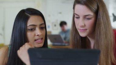 Zwei junge studentinnen, die gemeinsam mit eines computer-tabletts — Stockvideo