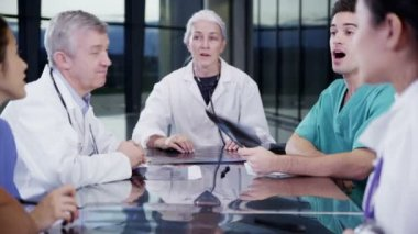 Medical team discuss patient's x-ray results — Stock Video