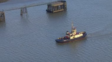 Tug boat traveling down Thames — Vídeo Stock