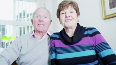 Elderly couple video chatting with their loved ones — Stock Video