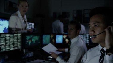 Seguranças masculino na sala de controle do sistema — Vídeo stock