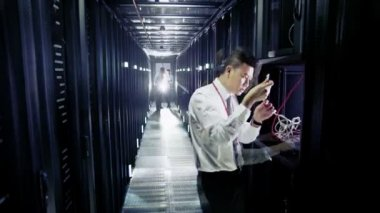 Trabalhadores no centro de dados — Vídeo stock