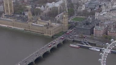 Aerial view of traffic crossing the Thames in the London city of Westminster — Stockvideo