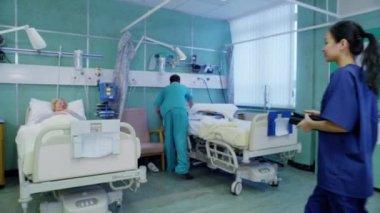 ärzteteam am krankenbett des patienten — Stockvideo