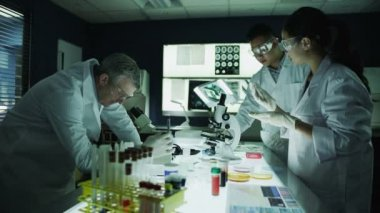Esearchers working in laboratory facility — Stock Video