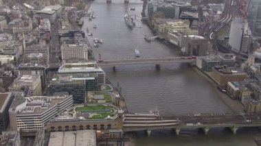 Aerial view above the city of London and the river thames — Vídeo Stock