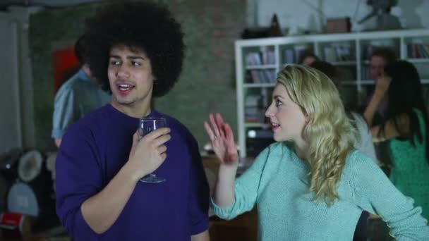 Feliz y despreocupado grupo de jóvenes amigos bebiendo y bailando en una fiesta — Vídeo de stock