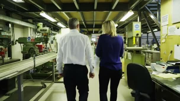 Les partenaires commerciaux se promener ensemble pour superviser les opérations de l'usine — Vidéo