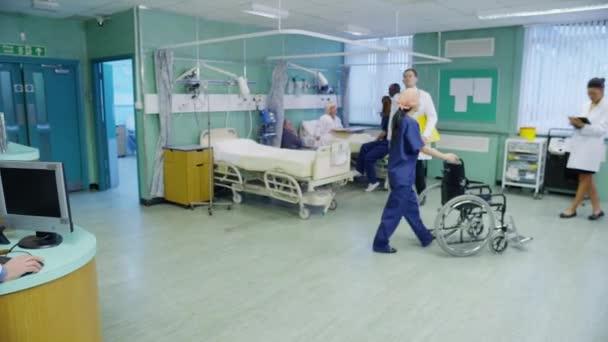 Doctor hombre sonriente en sala del hospital — Vídeo de stock