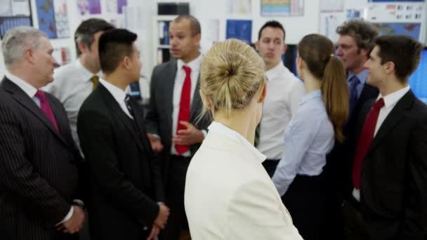 équipe des activités dans l'immeuble de bureaux — Vidéo