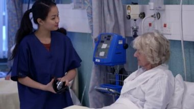 Nurse chats with patient on hospital ward — Stock Video