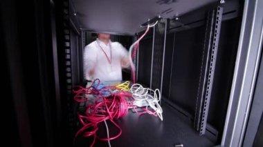 It データ センターで働くエンジニアします。 — ストックビデオ