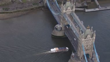 Aerial view of a boat passing underneath London's Tower Bridge — Vídeo de stock