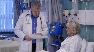 Caring doctor chats with patient — Stock Video