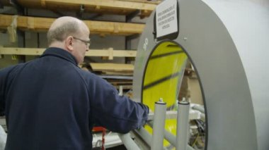 Operator using a packaging machine to prepare goods for delivery — Stock Video