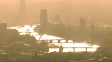 Thames on hazy autumn morning. — Stok video