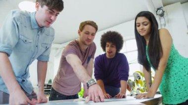 étudiants ou jeunes partenaires travaillant ensemble sur un projet commun — Vidéo