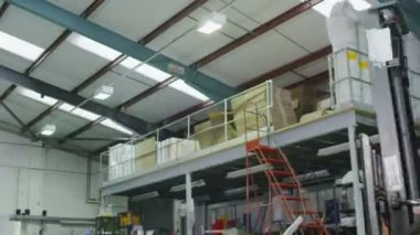 Busy warehouse workers lifting and moving goods and materials — Video Stock