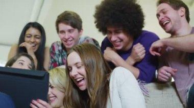 Happy avslappnad unga vänner skrattar åt vad de ser på en tablet Pc — Stockvideo