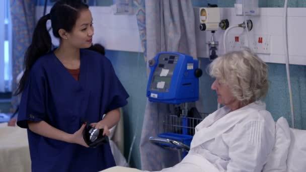 видео медсестра в палате