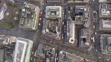 Aerial view of buildings and traffic in the city of London — Vídeo Stock