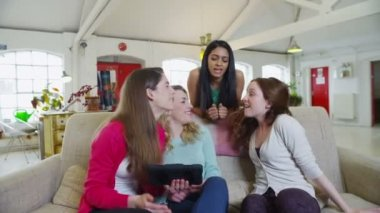 Happy casual young female friends listening to music on a tablet computer — Stock Video