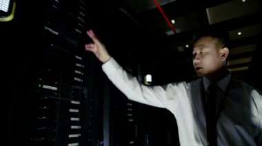 IT engineer working in a data center — Stock Video