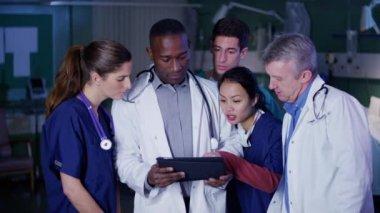 Doktor s počítači tablet — Stock video