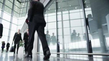 事務所ビルの周り歩いてビジネス人々 — ストックビデオ