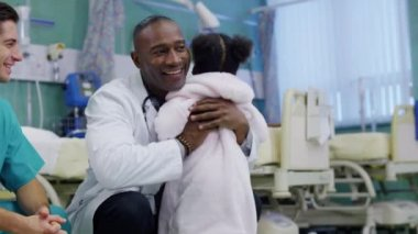 Cute and affectionate little girl in hospital takes steps towards the doctor — Stock Video