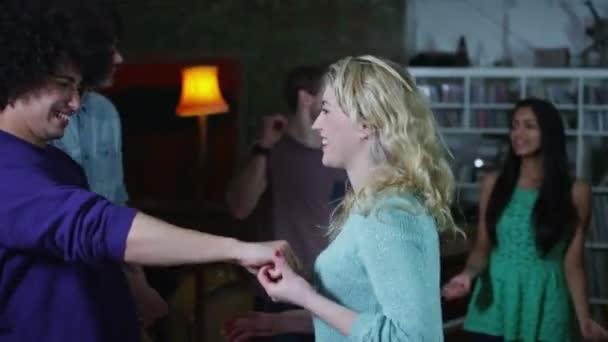 Feliz y despreocupado grupo de jóvenes amigos bailando y ligar en una fiesta — Vídeo de stock