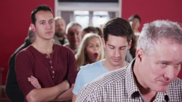 Larga cola de gente esperando pacientemente en la cola — Vídeo de stock