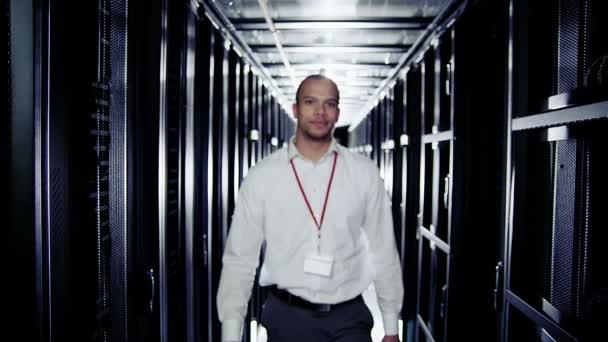 Retrato de un sonriente ingeniero que trabaja en un centro de datos — Vídeo de stock