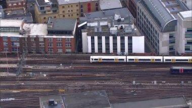 Passagierstreinen passeren op station — Stockvideo