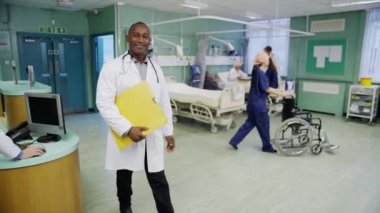 Smiling male doctor on hospital ward — Stock Video