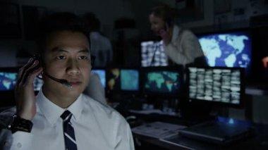 Männliche sicherheitspersonal in system-kontrollraum — Stockvideo