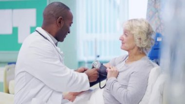 Doctor chatting with patient — Stock Video